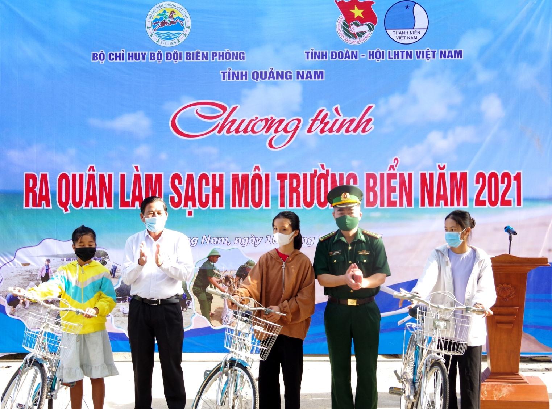 Trao tặng 3 xe đạp cho các em học sinh có hoàn cảnh khó khăn trên địa bàn xã Bình Minh.