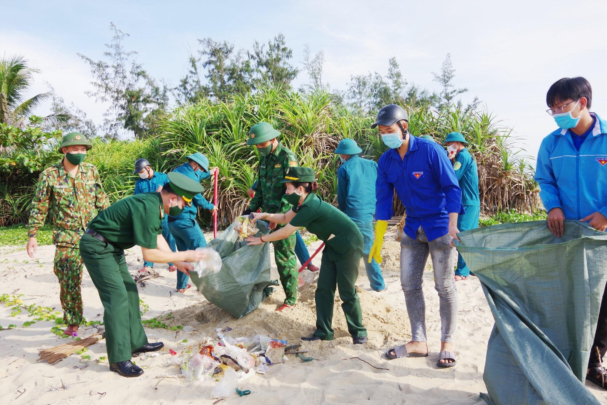 Đoàn viên thanh niên thu gom và xử lý rác thải tại bãi biển Bình Minh.