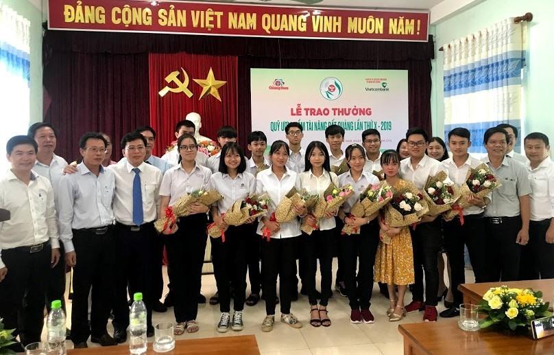 Các cá nhân được nhận giải thưởng Quỹ ươm mầm tài năng đất Quảng năm 2019 chụp ảnh lưu niệm với Ban Tổ chức. Ảnh: C.N