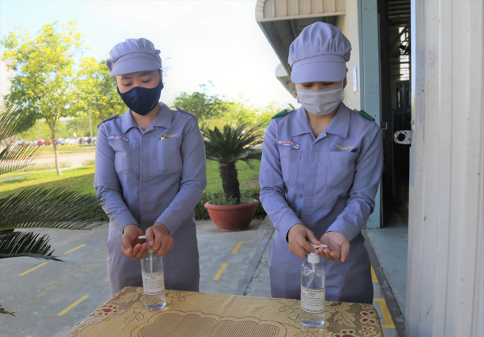 Các cơ sở sản xuất thực hiện các quy định các biện pháp phòng chống dịch. Ảnh: T.H