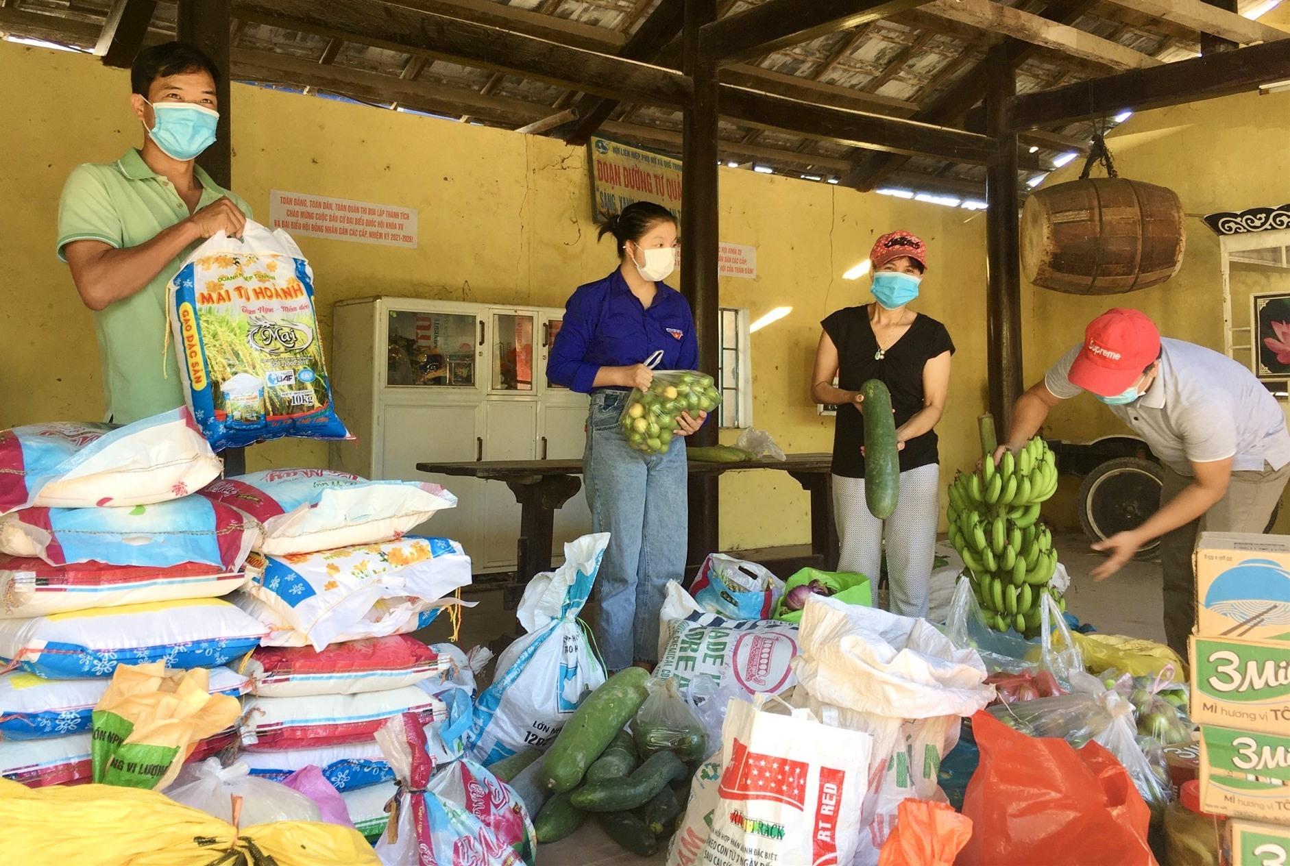 Người dân Đại Bình (Quế Trung, Nông Sơn) nhiệt tình gói ghém, gởi nông sản giúp đỡ bà con khó khăn ở TP.HCM. Ảnh: LÊ THÔNG