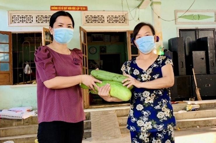 Hội LHPN xã Phước Ninh (Nông Sơn) đến tận nhà thu gom nông sản do hội viên, phụ nữ ủng hộ cho bà con TP.HCM. Ảnh: LÊ THÔNG