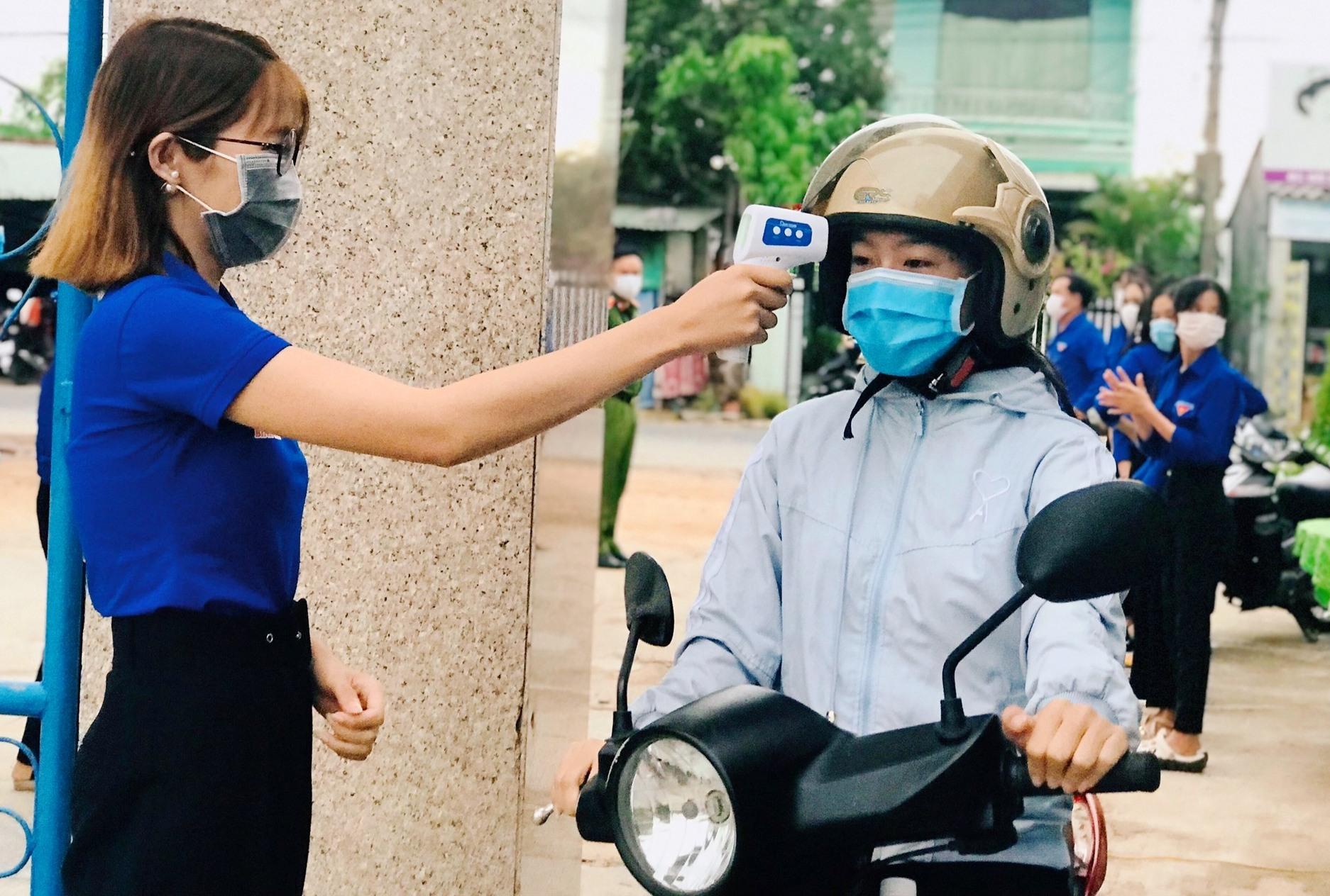 Tuổi trẻ Quảng Nam tham gia tiếp sức mùa thi, hỗ trợ phòng chống dịch Covid-19. Ảnh: V.A