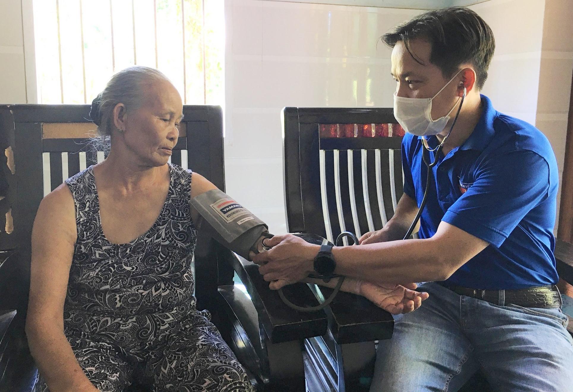 Tổ chức khám phát thuốc miễn phí tại nhà cho các gia đình chính sách . Ảnh: HẢI CHẤU