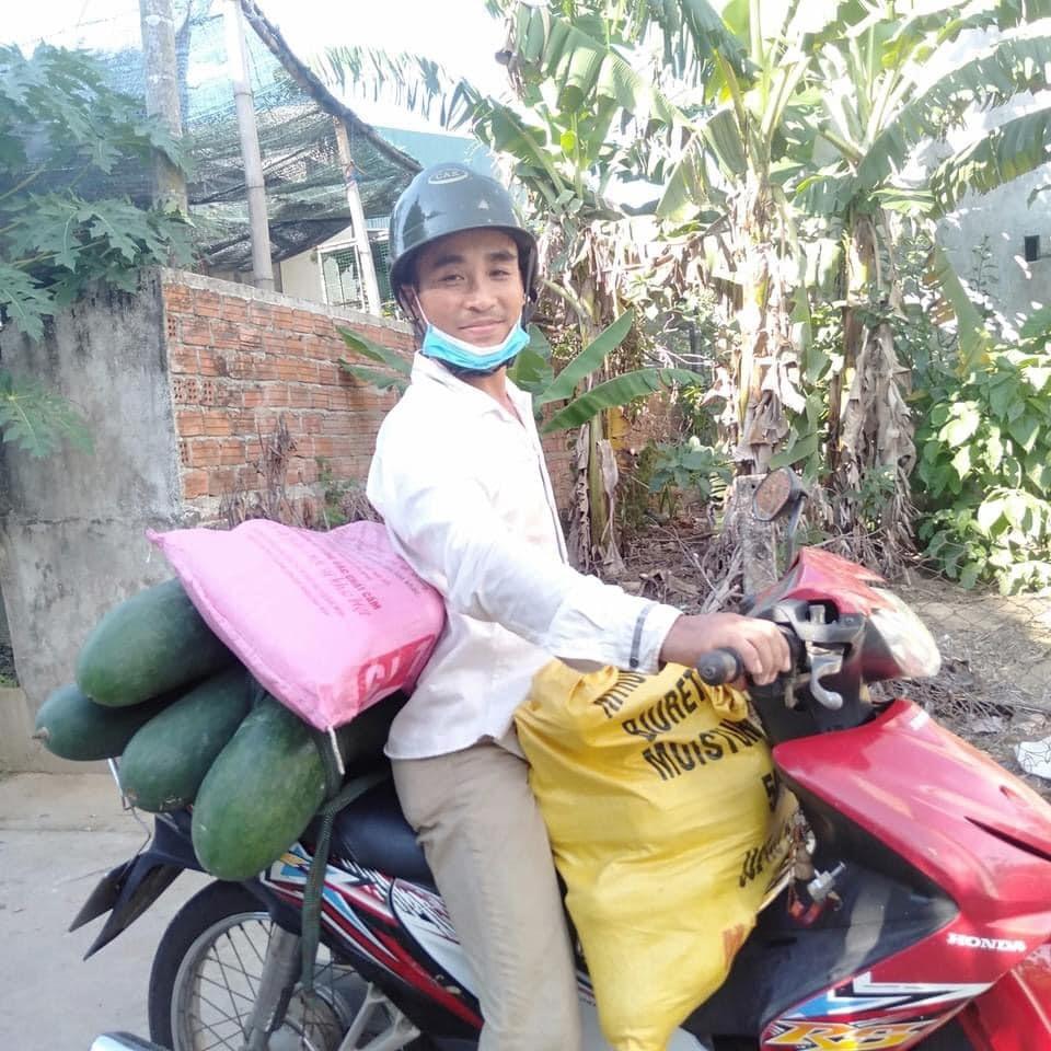 Người dân Đại Lộc gom hàng gửi vào TP.Hồ Chí Minh. Ảnh: T.X