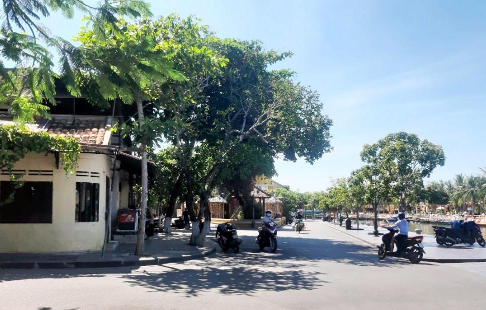 Các quán cá phê vỉa hè ở đường Bạch Đằng đã thu dọn bàn ghế, chỉ có thể bán mang đi.
