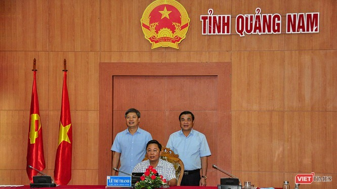 Chairman of the Quang Nam provincial People's Committee Le Tri Thanh at the signing ceremony of digital transformation cooperation with FPT Telecom