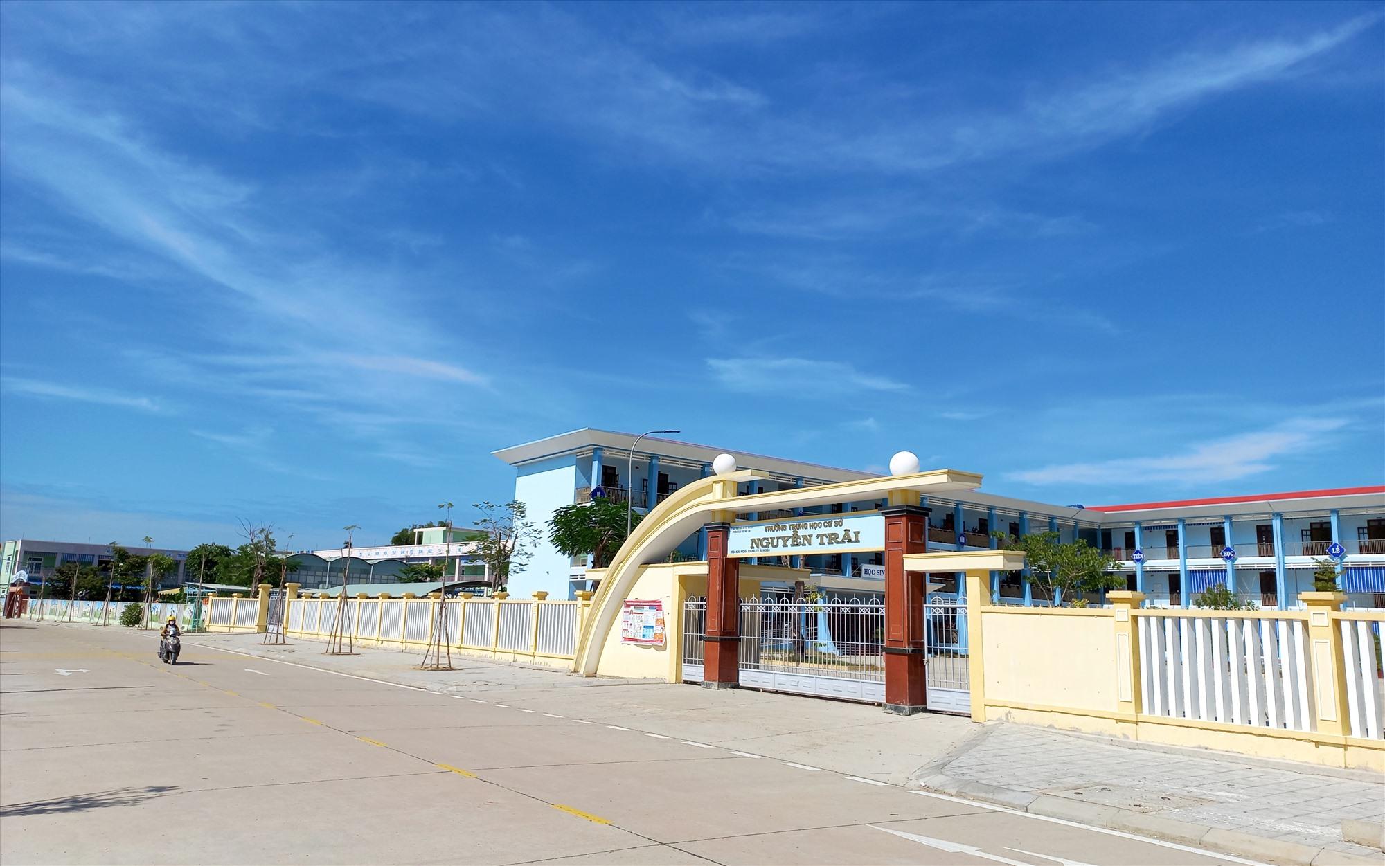 Hai trường THCS Nguyễn Trãi và Mầm non Ái Nghĩa (nằm cạnh Trường THCS Nguyễn Trãi) được trưng dụng làm khu cách ly tập trung. Ảnh: CT