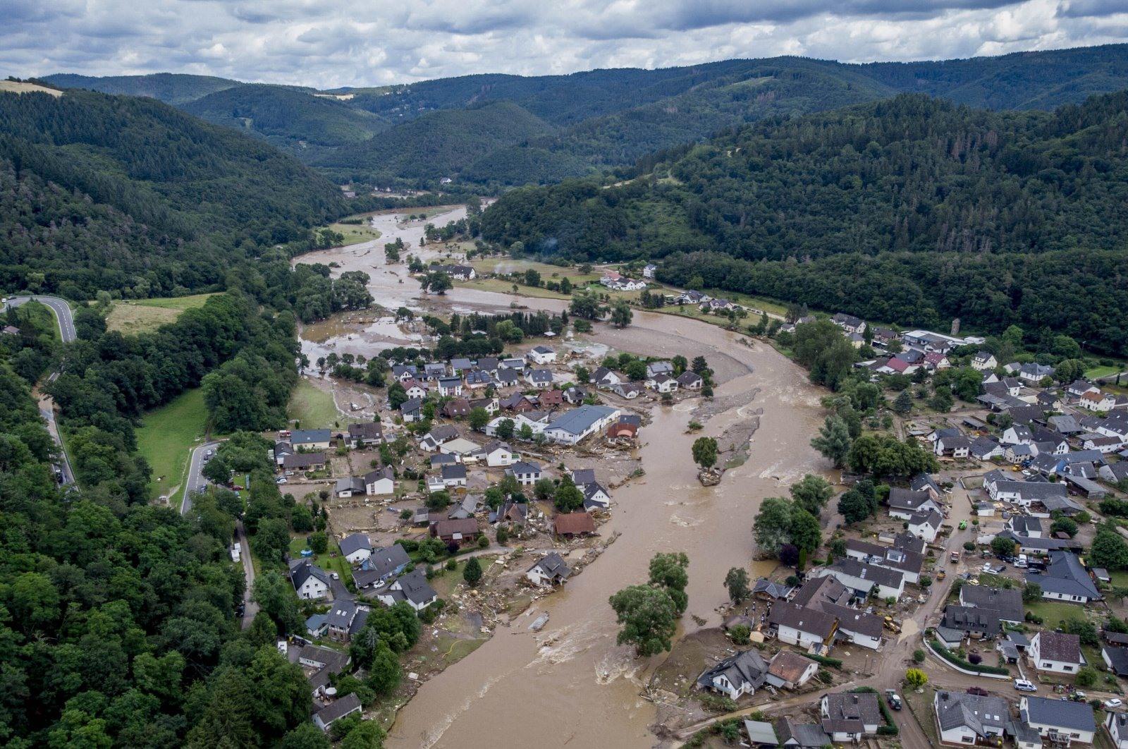 Mưa lớn khiến nước sông Ahr (Đức) tràn bờ và phá hủy nhiều ngôi nhà. Ảnh: AP