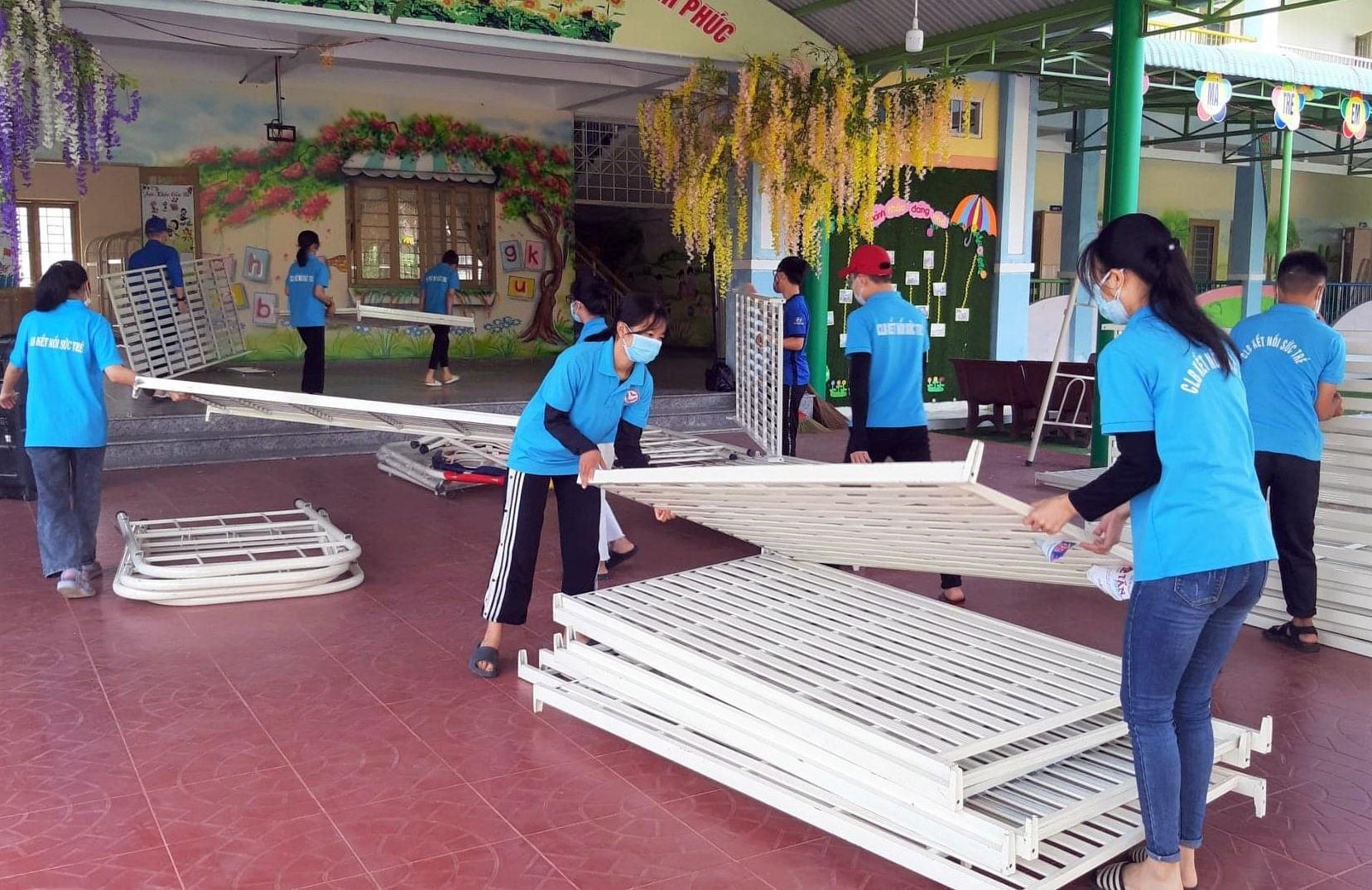 Thành viên Câu lạc bộ Kết nối sức trẻ (xã Quế An, huyện Quế Sơn) tham gia dọn vệ sinh, chuẩn bị cơ sở vật chất khu cách ly tập trung. Ảnh: CTV