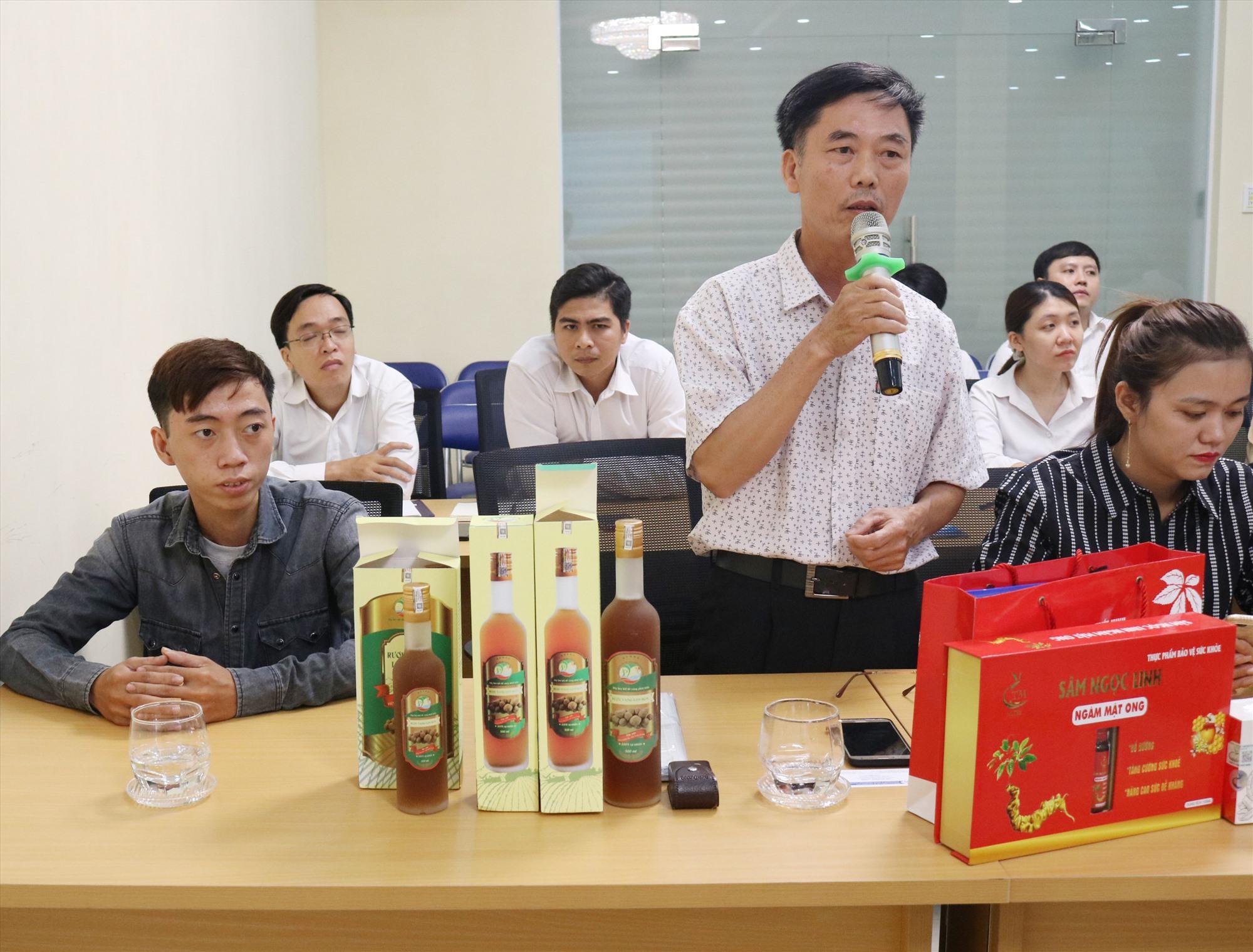 Đại diện HTX Phước Tuyên (Tiên Phước) giới thiệu sản phẩm rượu vang lòn bon tại diễn đàn xúc tiến thương mại do Sở Công Thương tổ chức. Ảnh: P.H