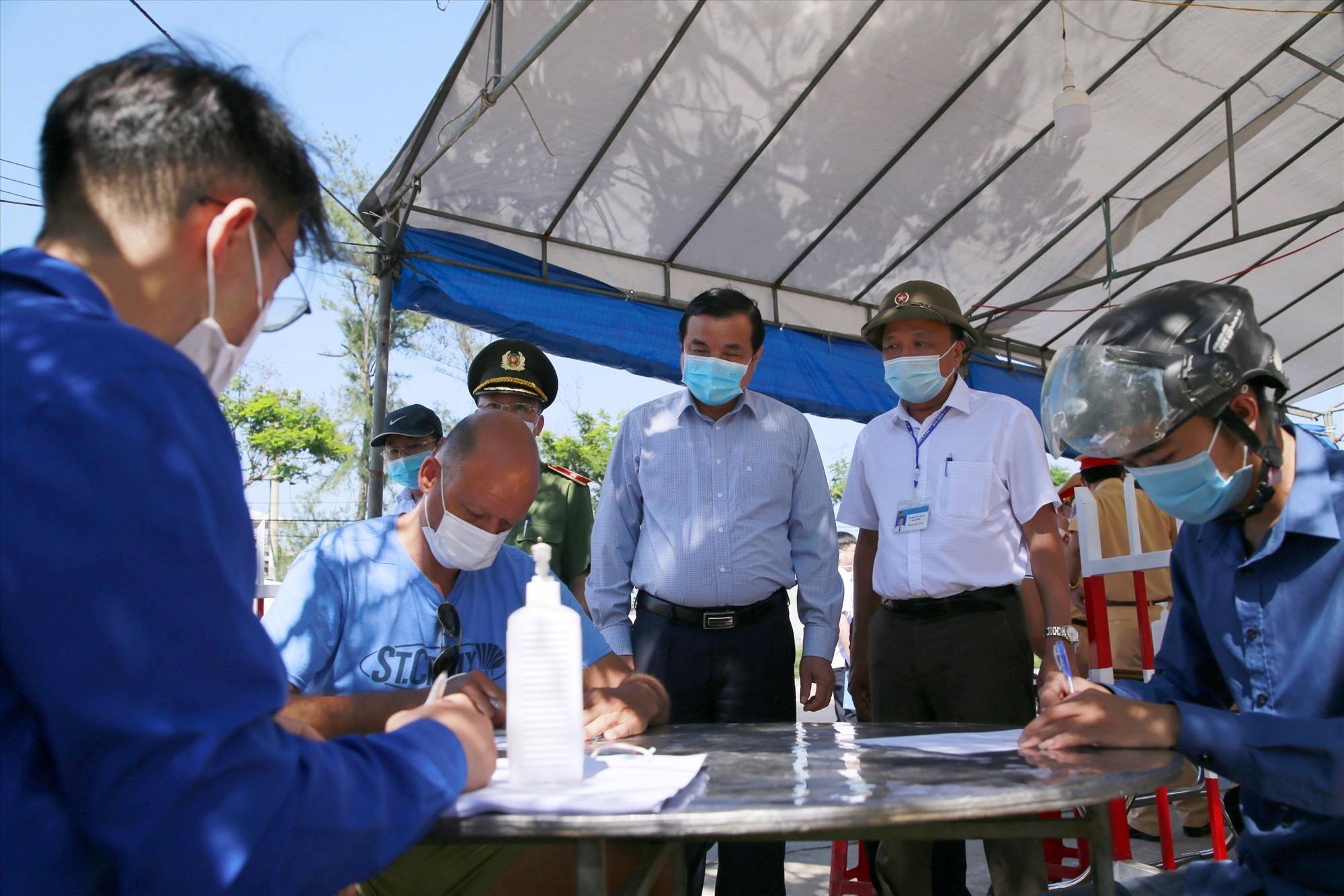 Bí thư Tỉnh ủy Phan Việt Cường kiểm tra chốt kiểm soát dịch tại Điện Bàn vào tháng 5.2021. Ảnh: T.C