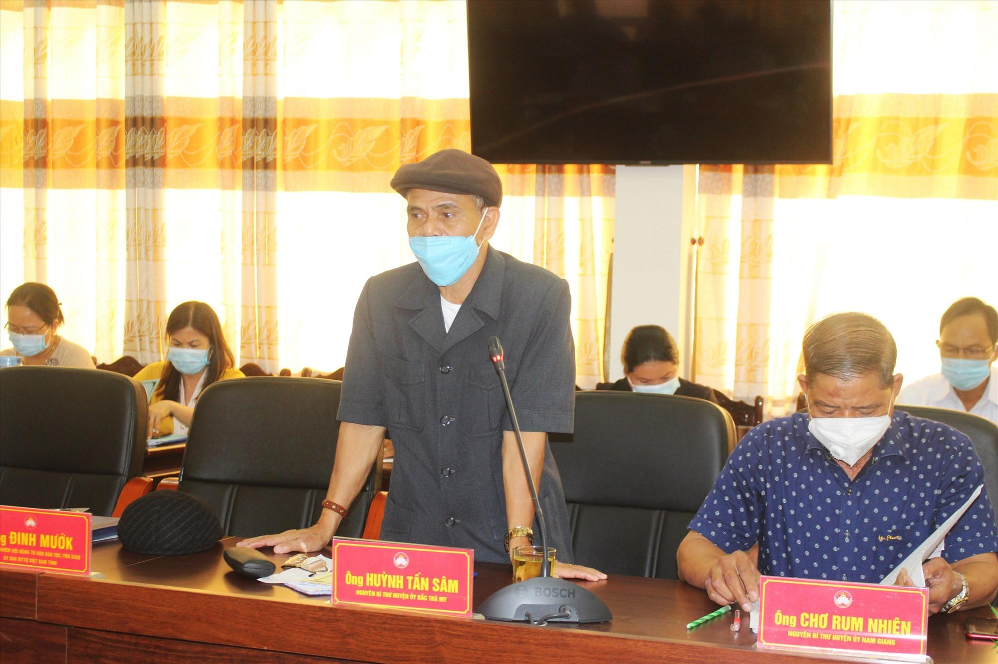 Ông Huỳnh Tấn Sâm - nguyên Bí thư Huyện ủy Bắc Trà My chia sẻ ý kiến tại hội nghị. Ảnh: A.N