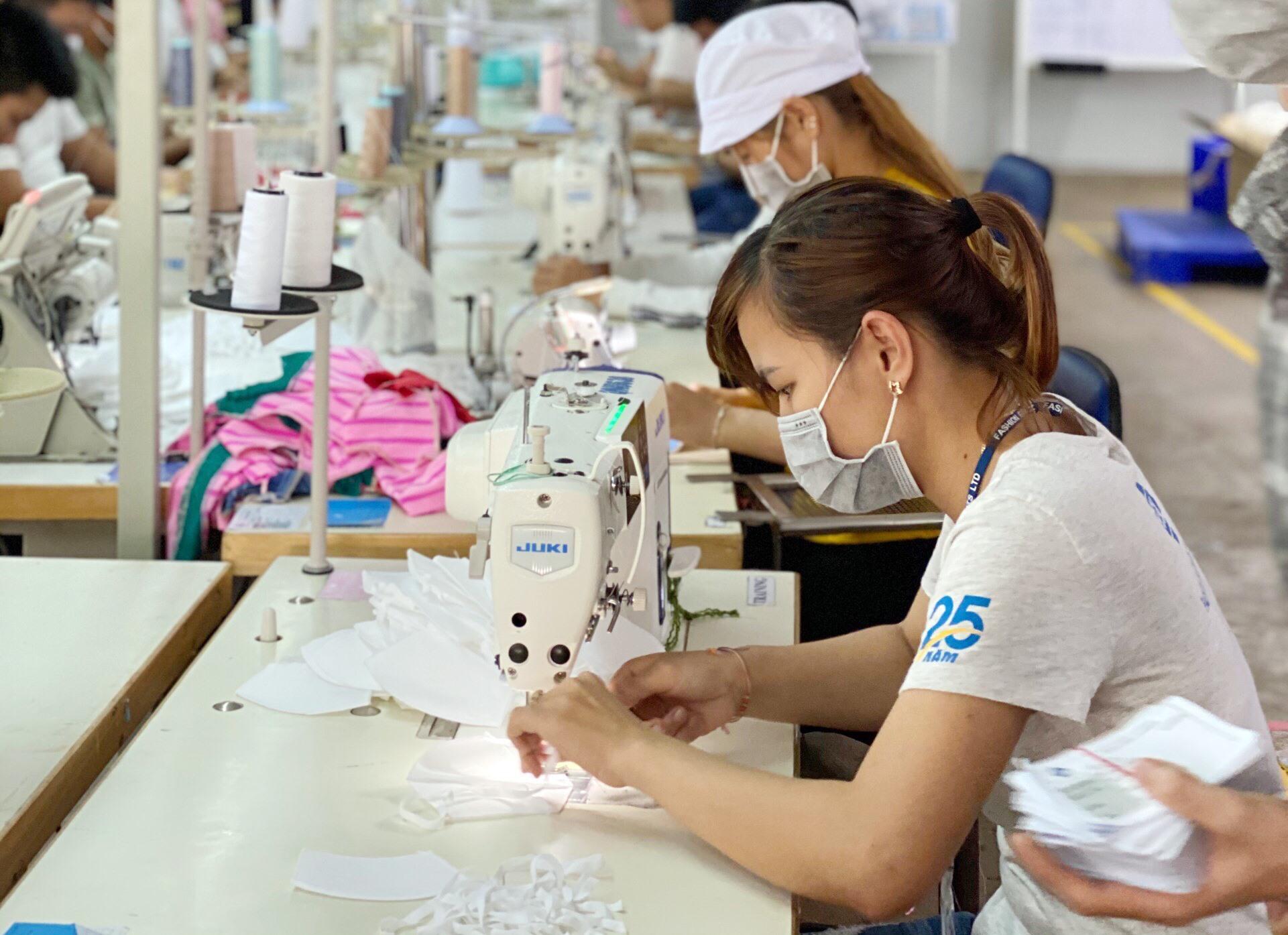 Công nhân Công ty Fashion Garments trong giờ làm việc. Ảnh: H.V