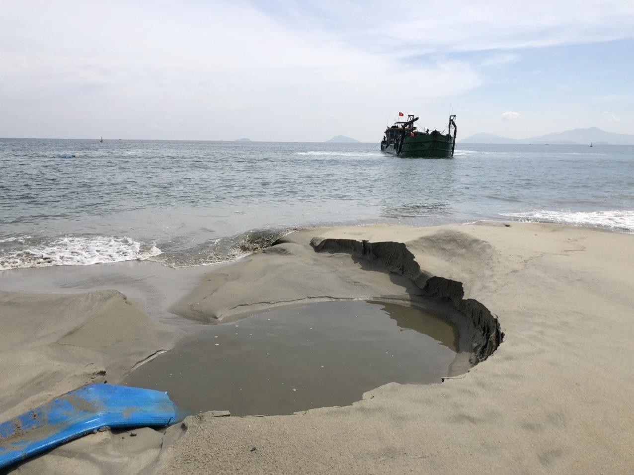 Tàu bơm cát vào khu vực bãi tắm Cửa Đại. Ảnh: Q.H