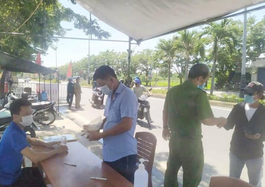 Lực lượng chức năng chốt chặn kiểm soát dịch tại Đại Lộc. Ảnh: CTV