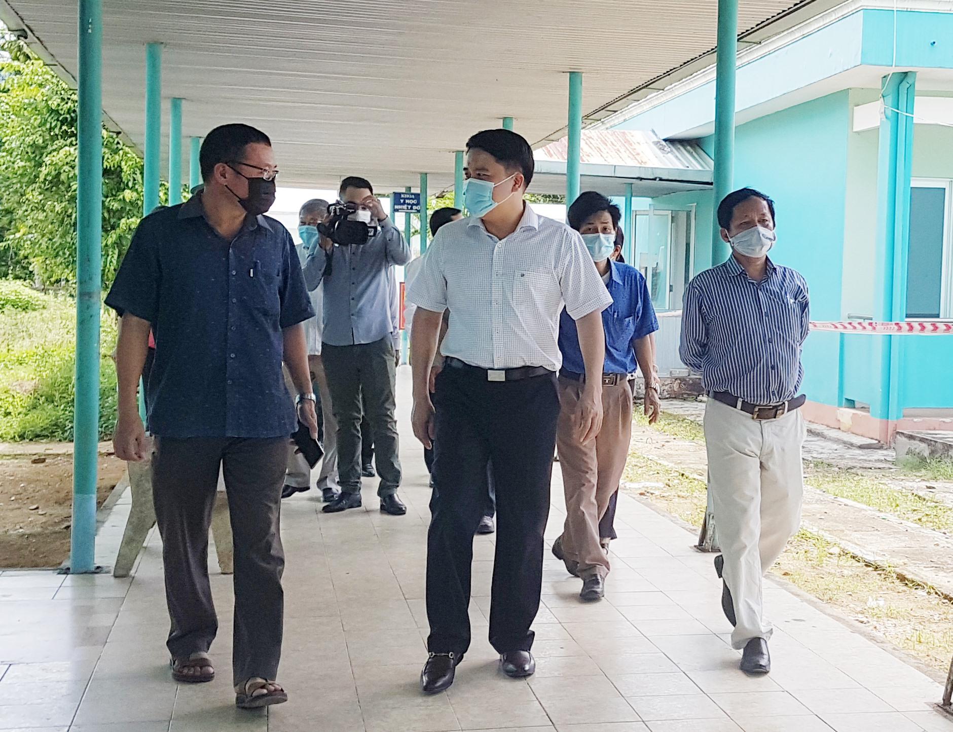 Phó Chủ tịch UBND tỉnh Trần Văn Tân kiểm tra điều kiện điều trị bệnh nhân Covid-19 tại Trung tâm Y tế huyện Tiên Phước. Ảnh: D.L