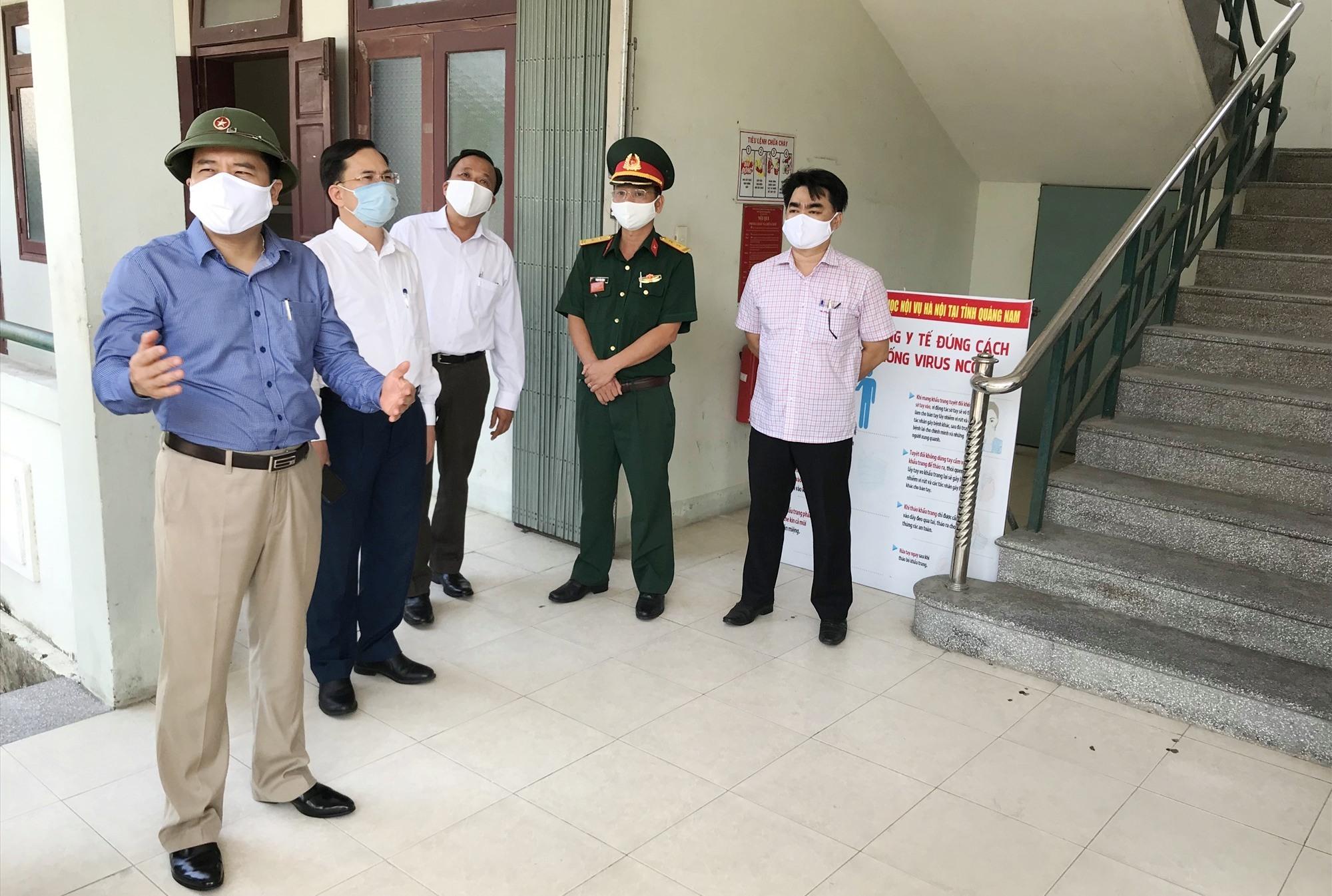 Lãnh đạo tỉnh kiểm tra một khu cách ly tập trung tại Điện Bàn. Ảnh: Q.T