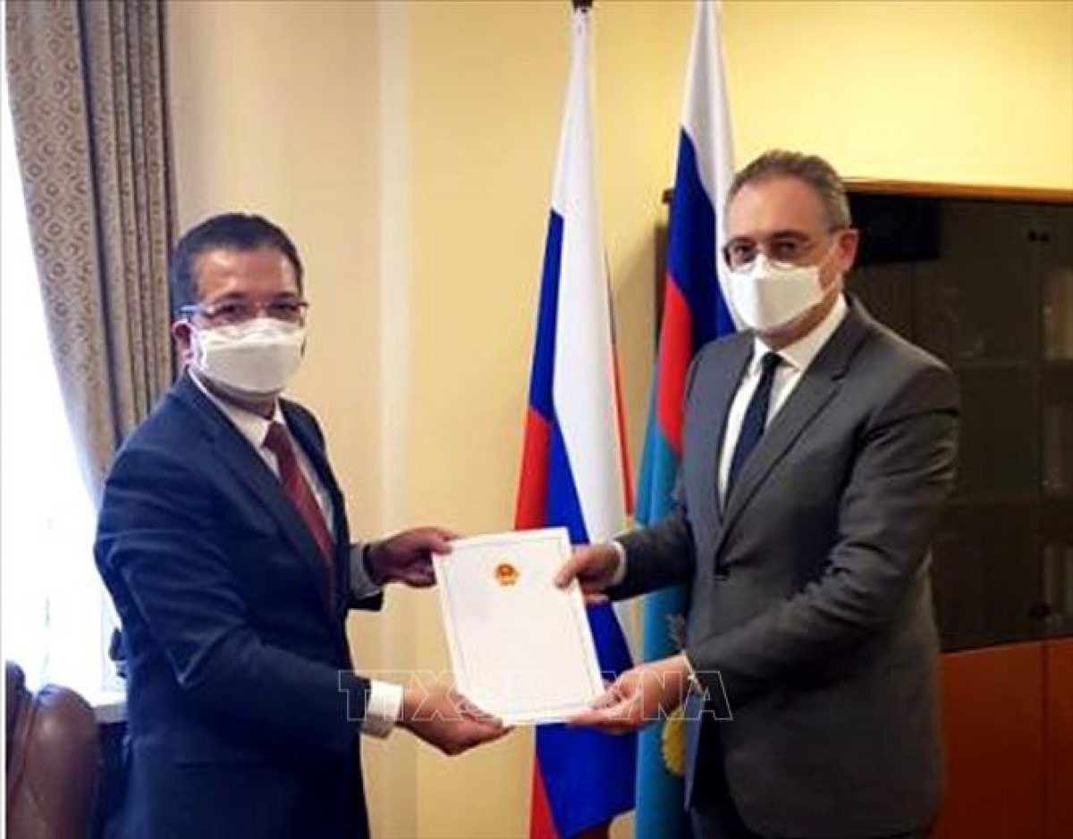 Vietnamese Ambassador to Russia Dang Minh Khoi presents a copy of the credentials of President Nguyen Xuan Phuc to Russian Deputy Foreign Minister Igor Morgulov (Photo: VNA)