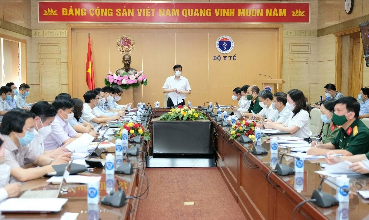 Bộ trưởng Bộ Y tế Nguyễn Thanh Long chủ trì cuộc họp Ban chỉ đạo Chiến dịch tiêm chủng vaccine phòng COVID-19 năm 2021-2022.