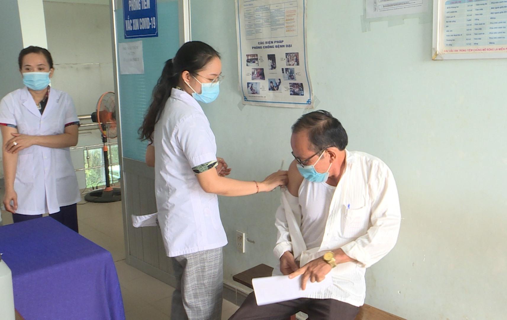 Núi Thành vừa hoàn thành tiêm vắc xin phòng Covid-19 đợt 2. Ảnh: VĂN PHIN