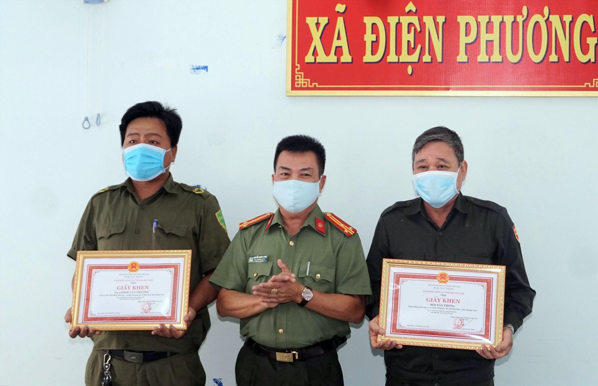 Anh Đinh Văn Trường và đại diện Đội Dân phòng Đông Khương 2 nhận thưởng.