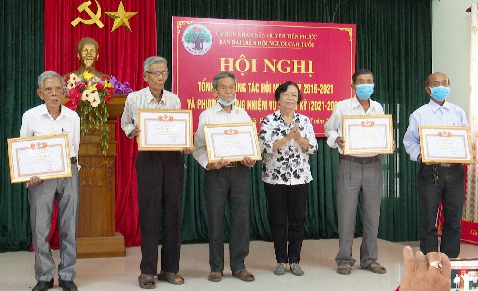 Hội NCT huyện Tiên Phức khen thưởng các tập thể, cá nhân hoàn thành tốt nhiệm vụ công tác hội nhiệm kỳ 2016 - 2021