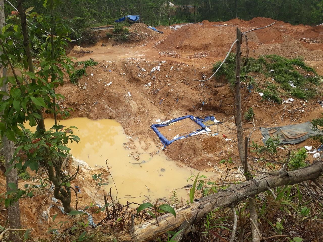 Hiện trường khai thác vàng trái phép trên đất lâm nghiệp tại xã Tam Lãnh. Ảnh: Đ.Y