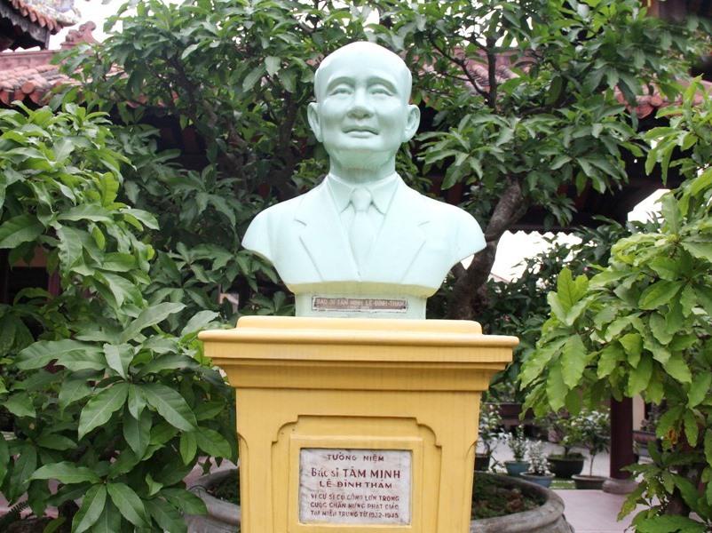 Tượng Bác sĩ - Cư sĩ Tâm Minh - Lê Đình Thám trong khuôn viên chùa Từ Đàm (TP.Huế). Ảnh: Internet