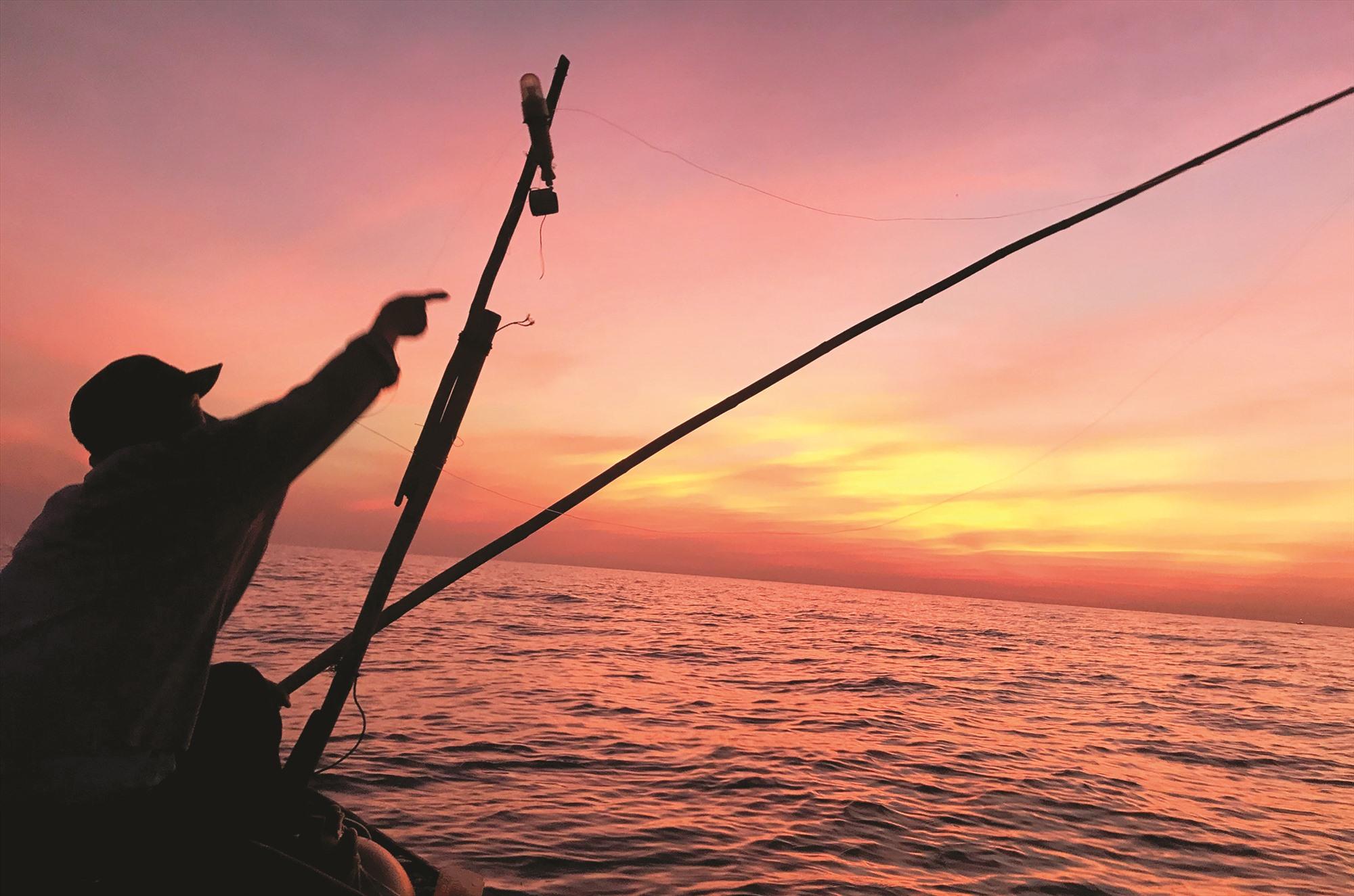 Từ tờ mờ sáng, ngư dân chuẩn bị chạy câu.