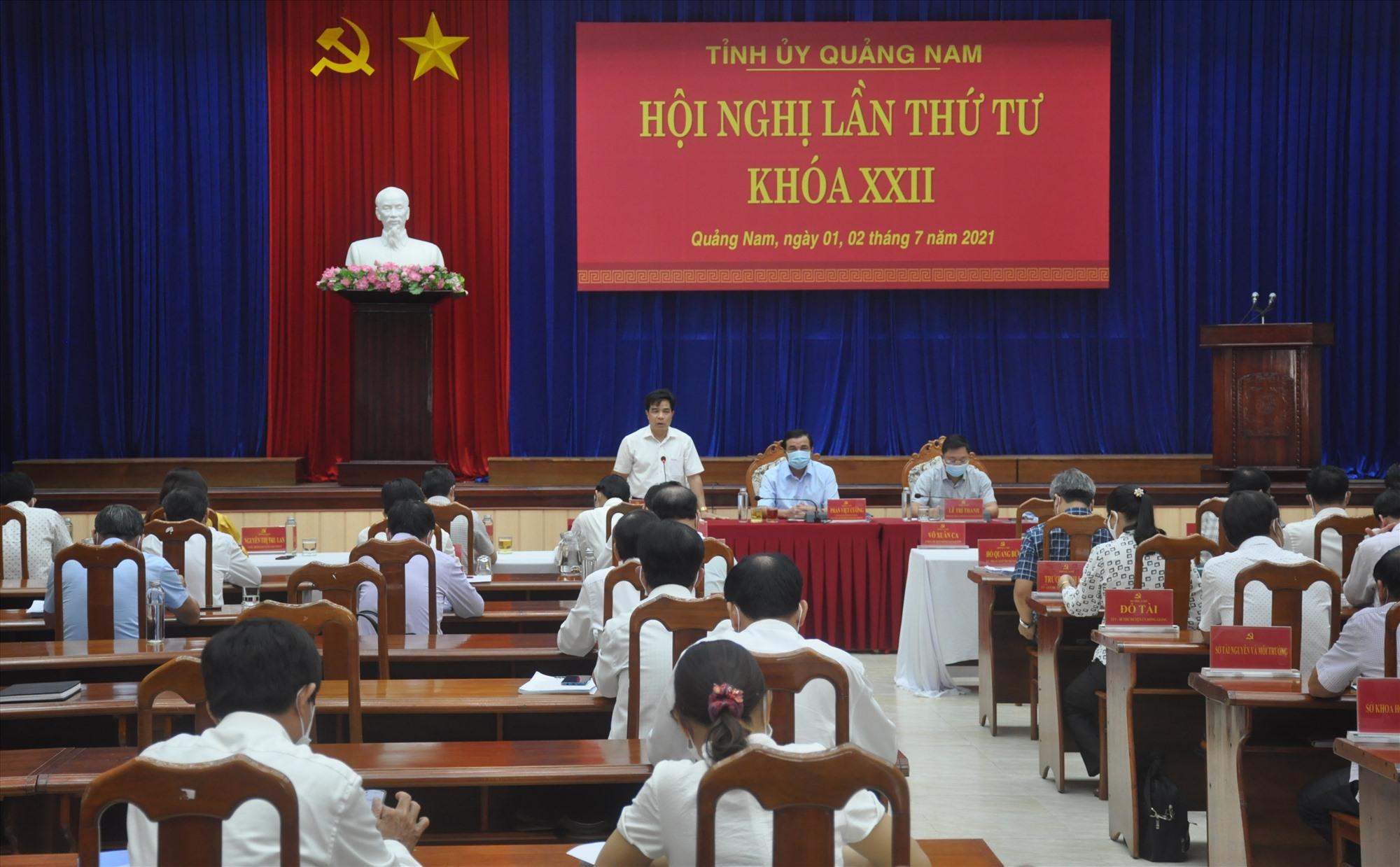 Các đồng chí Thường trực Tỉnh ủy chủ trì phiên thảo luận chung tại hội trường sáng 2.7. Ảnh: N.Đ