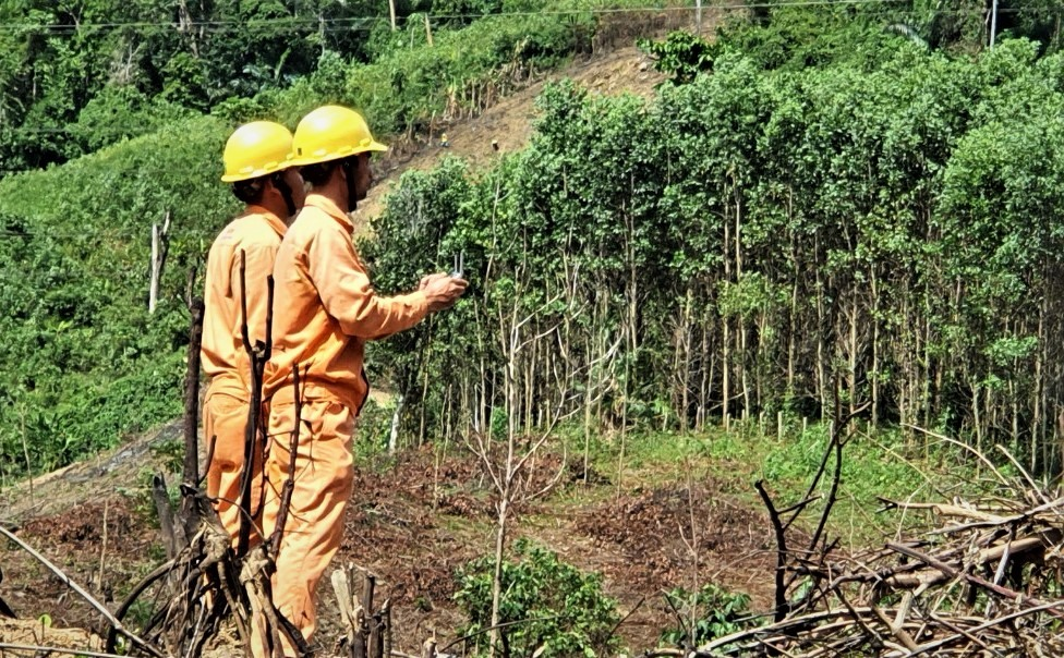 Các nhân viên Điện lực Hiệp Đức sử dụng công nghệ flaycam phục vụ công việc chuyên môn ở điều kiện địa hình phức tạp. Ảnh: K.P