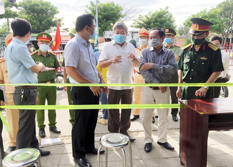 Chủ tịch UBND tỉnh Lê Trí Thanh kiểm tra tại Chốt kiểm soát dịch Covid-19 trên tuyến ĐT 607.