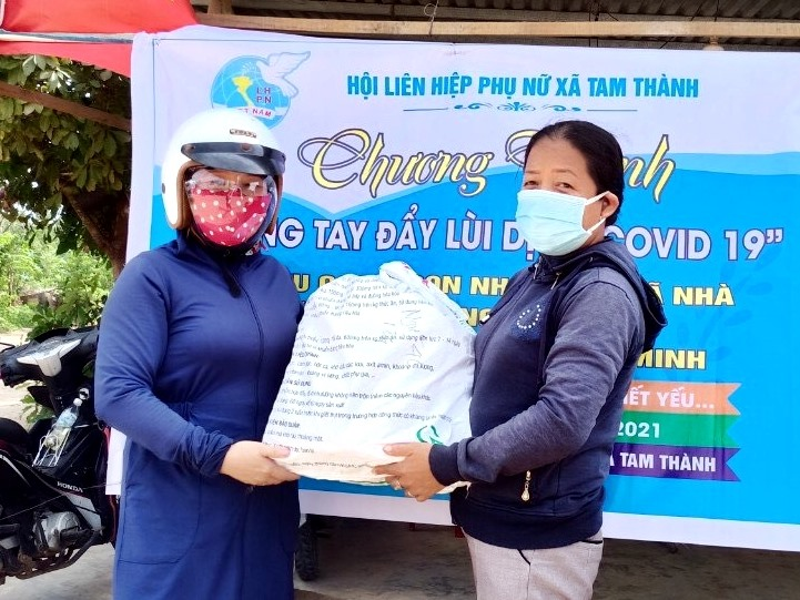 Người dân Phú Ninh tích cực ủng hộ để hỗ trợ đồng hương khó khăn tại TP.Hồ Chí Minh. Ảnh: Đ.C