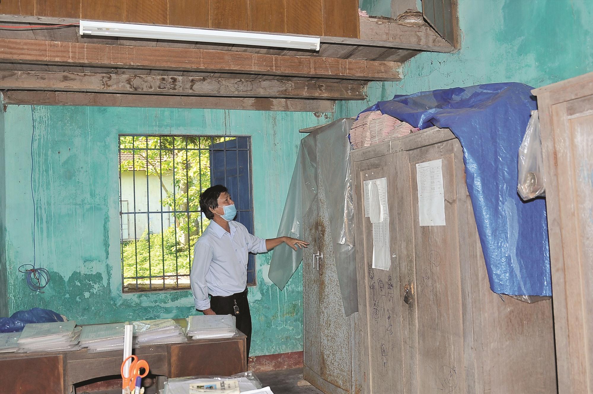 Trụ sở làm việc hư hỏng nặng nhưng nhiều năm nay HTX Nông nghiệp Duy Phước (Duy Xuyên) không thể tiến hành sửa chữa vì vướng quy hoạch. Ảnh: S.A