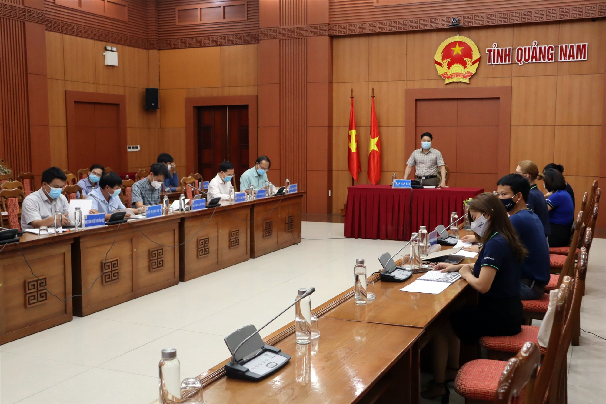 Phó Chủ tịch UBND tỉnh Trần Văn Tân chủ trì buổi làm việc trực tuyến. Ảnh: Q.T