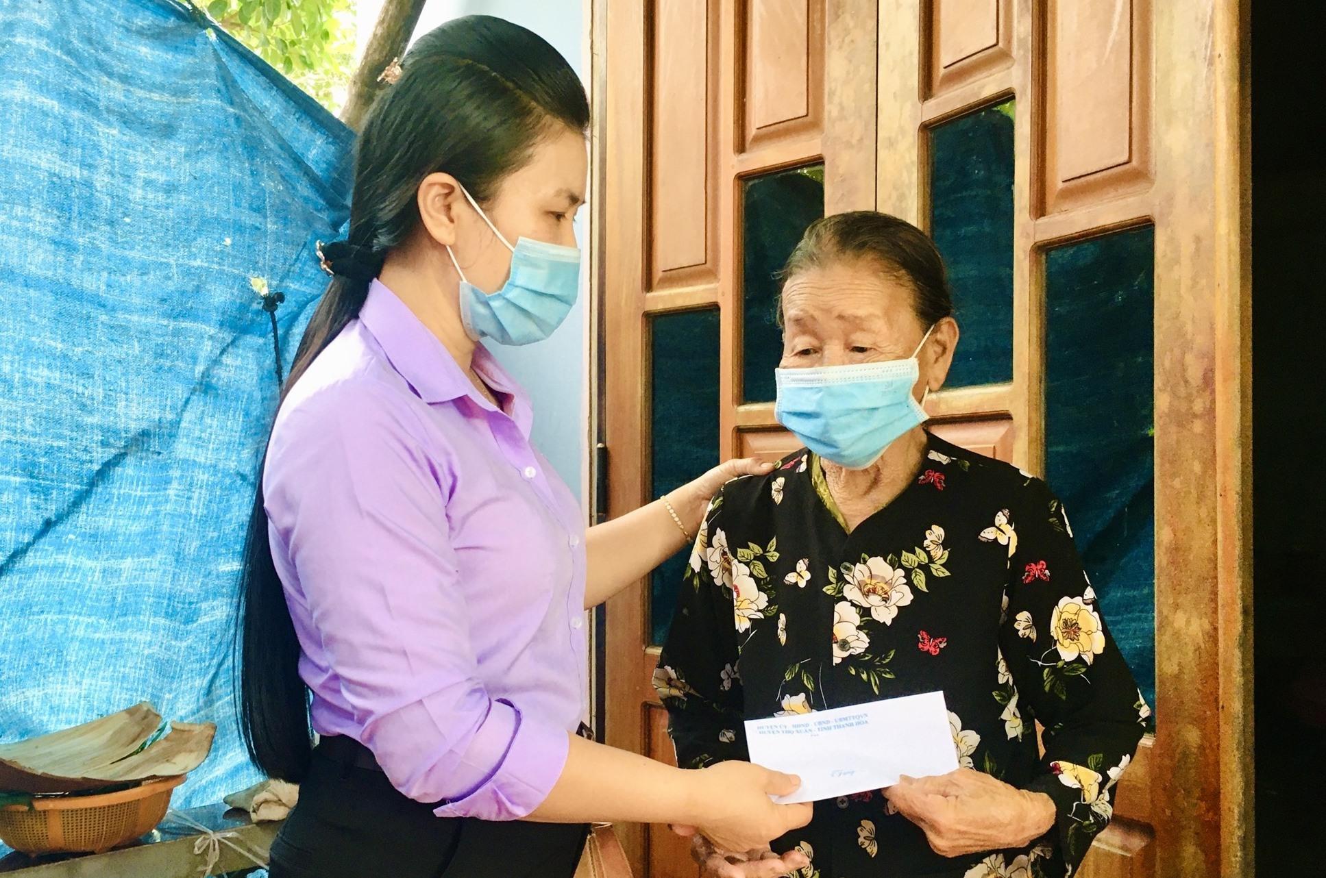 Phó Chủ tịch HĐND huyện Nông Sơn - Tào Thị Tố Điểm tặng quà gia đình chính sách, người có công cách mạng tại xã Phước Ninh. Ảnh: TÂM LÊ