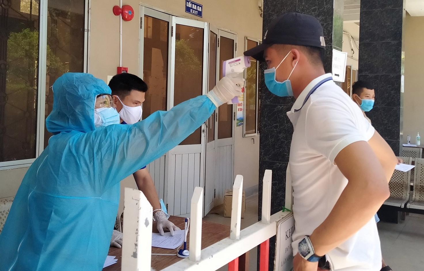 Người dân cần tuân thủ nghiêm các quy định về phòng chống dịch bệnh. Ảnh: X.H
