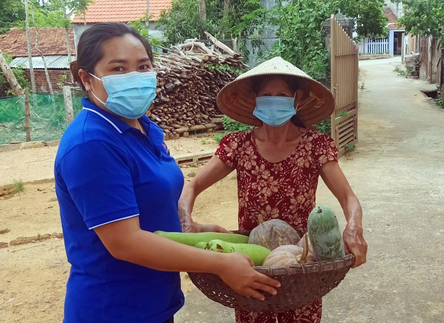 Bà Nguyễn Thị Hoa mang chiếc rổ đầy ắp củ, quả ủng hộ cho người dân TP.Hồ Chí Minh. Ảnh P.L