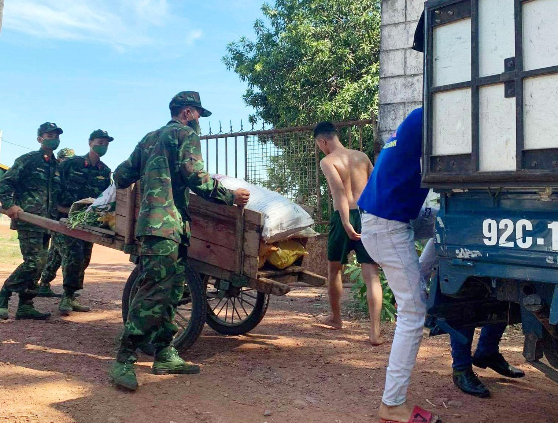 Trung đoàn quân đội 143 gửi củ, quả cho nhóm ủng hộ người dân TP.Hồ Chí Minh. Ảnh: P.L