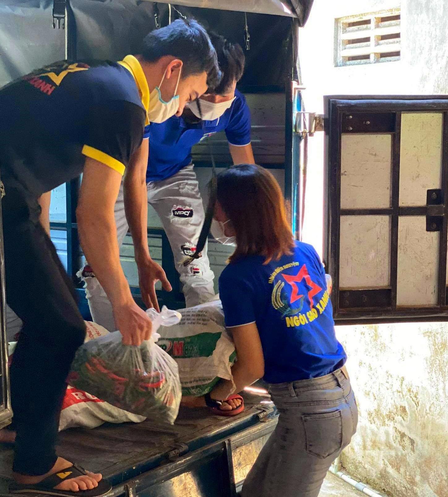 Các thành viên nhóm thiện nguyện Ngôi Sao Xanh bốc hàng lên xe chuẩn bị chuyển vào TP.Hồ Chí Minh. Ảnh: P.L