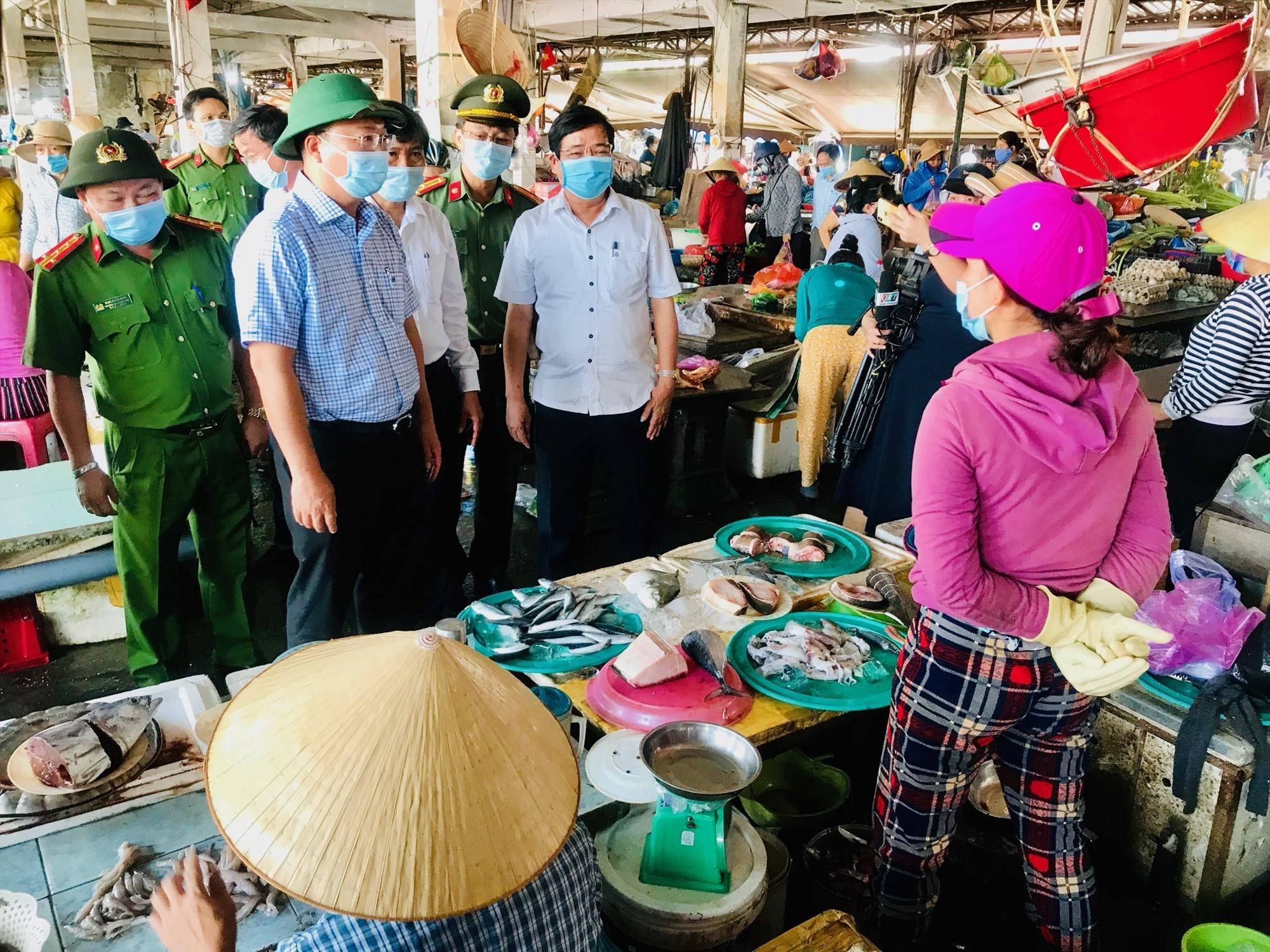 Đồng chí Lê Trí Thanh khảo sát công tác phòng chống dịch tại chợ Hội An. Ảnh: Q.T
