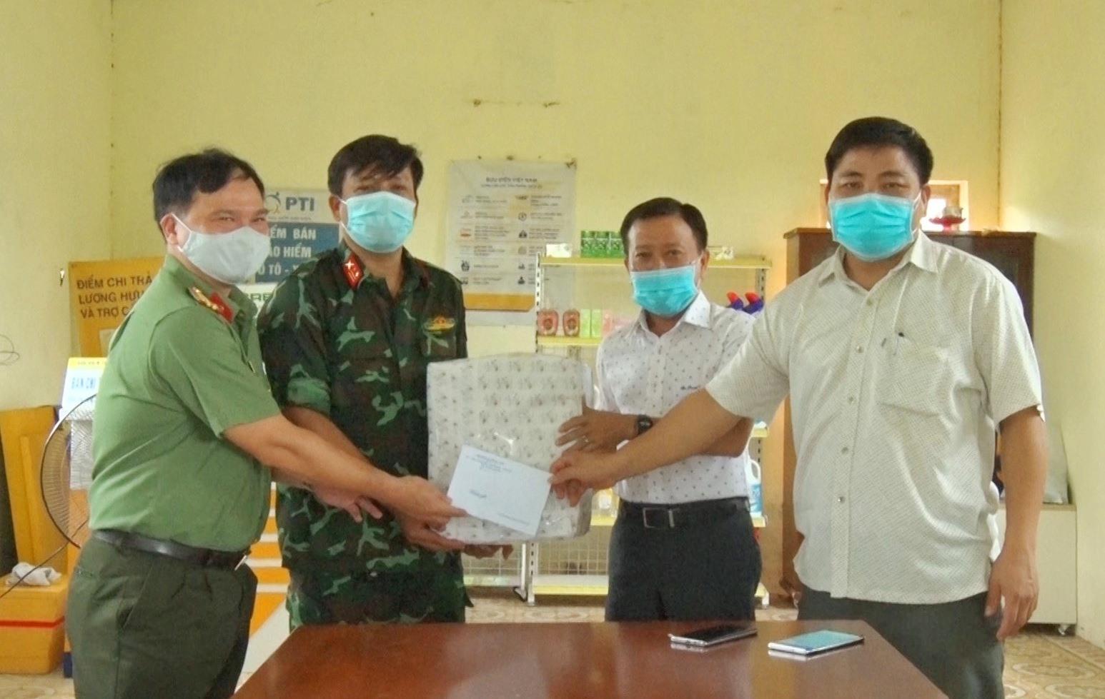 Lãnh đạo huyện tặng quà cho lực lượng làm nhiệm vụ ở khu cách ly. Ảnh: P.N