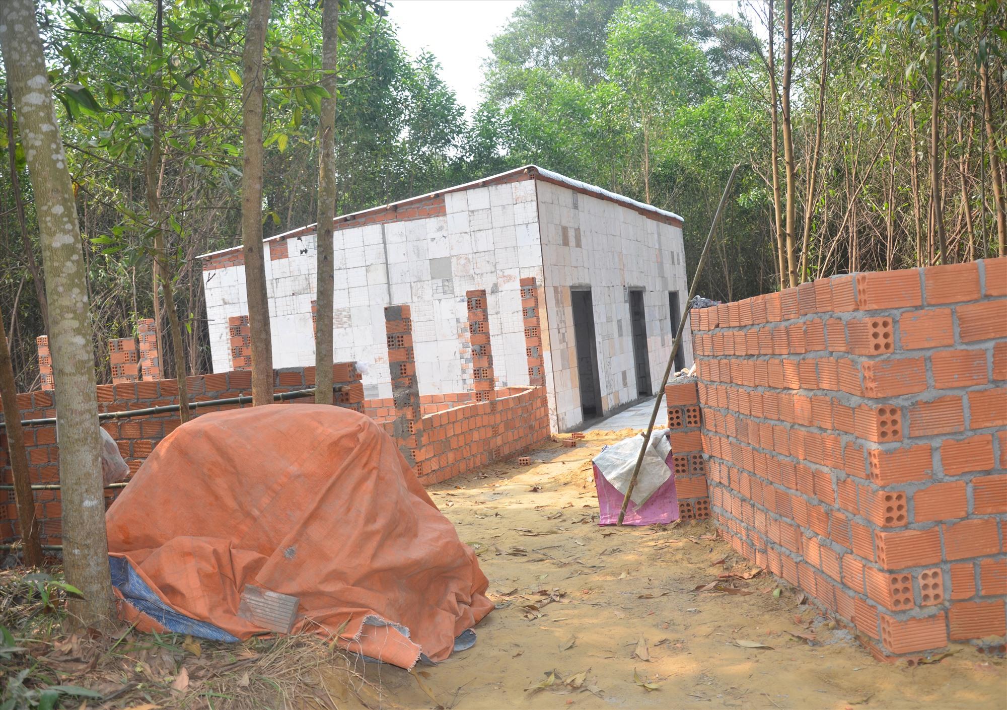 Xây nhà trái phép nằm trong dự án Thaco tại xã Tam Anh Nam. Ảnh: H.P