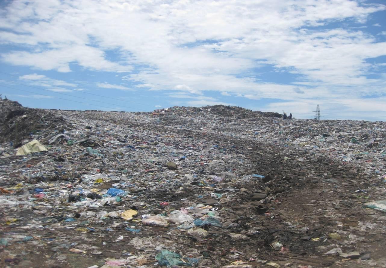Bãi rác Cẩm Hà quá tải trong nhiều năm qua.