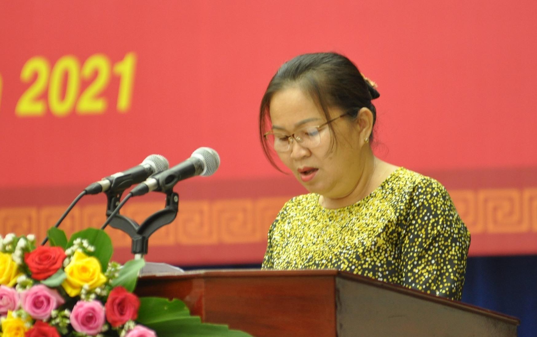 Bà Trương Thị Lộc-Giám đốc Sở LĐ-TB&XH trình bày báo cao đề nghị hỗ trợ người lao động tự do, người cách ly tập trung dịch bệnh Covid-19. Ảnh: X.P-N.Đ