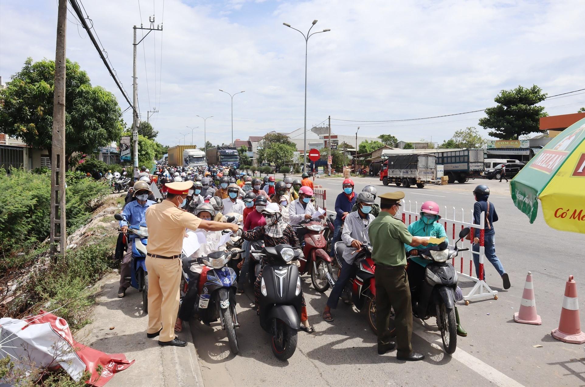 Phương tiện giao thông xếp hàng dài trên quốc lộ 1 để chờ được vào Quảng Nam vào cuối giờ sáng nay. Ảnh: Q.T