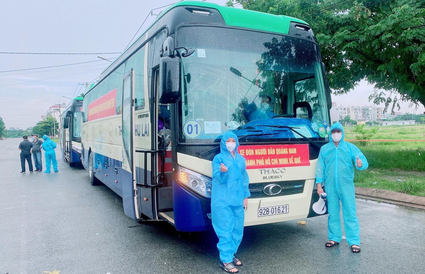 Xe đón người dân từ TP.Hồ Chí Minh chuẩn bị xuất phát đưa bà con trở về. Ảnh; Công Khanh