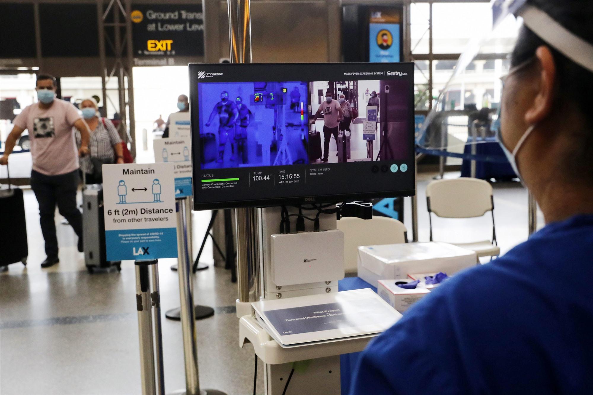Ứng dụng trí tuệ nhân tạo để đo thân nhiệt và nhận diện an ninh qua mắt người tại các chốt kiểm tra y tế. Ảnh: Gettyimage
