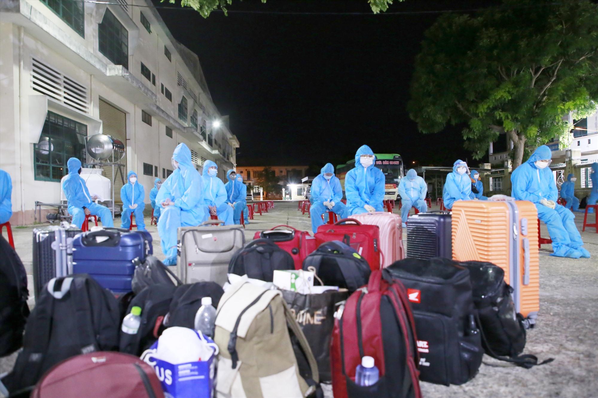 Người dân chờ làm thủ tục, đo thân nhiệt và xét nghiệm nhanh tại khuôn viên trường Cao đẳng Quảng Nam. Ảnh: T.C